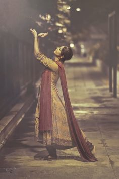Kesha, an Indian classical dancer performing a graceful stance from a classical form of Kathak. Tribal Fusion, Bollywood, Angkor, Kathak Costume, Kathak Dance, Indian Photoshoot, Indian Classical Dance, Dance Poses, Girl Photo Poses