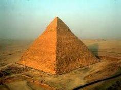 Piramide di Chefren, necropoli di Giza, Il Cairo, ca 2550 a.C. Blocchi squadrati di pietra calcarea,conserva sul vertice il rivestimento originale in lastroni di calcare bianco, altezza 136 metri e lato di base attuale 210 metri.