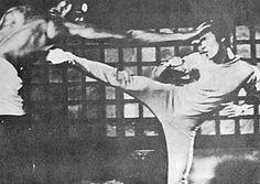 Photos de deux vidéos de répétitions dans le jardin de Bruce Lee qui tient la caméra et fait des commentaires...
