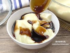 Traditionally, Tau Fu Fa (soy milk pudding) is made with gypsum powder and usually served hot or warm. This recipe uses gelatine powder to set this soy milk pudding. Since desserts made with gelati… Tofu Dessert, Dessert Dishes, Dessert Drinks, Dessert Recipes, Pudding Desserts, Pudding Recipes, Filipino Desserts, Asian Desserts, Chinese Desserts