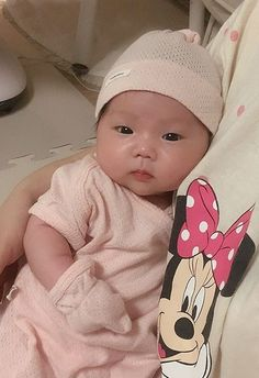 Cute Little Baby, Cute Baby Girl, Mom And Baby, Little Babies, Cute Asian Babies, Korean Babies, Asian Kids, Cute Baby Videos, Cute Baby Pictures