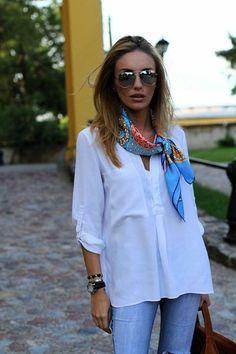 chemise blanche femme design chic et foulard coloré, denim slim en bleu clair