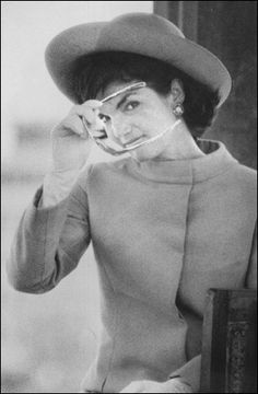 Widely known as the former first lady to one of New England's most cherished politicians, Jacqueline Kennedy Onassis was notorious for her fashion sense. Jacqueline Kennedy Onassis, Estilo Jackie Kennedy, John Kennedy, Les Kennedy, Jaqueline Kennedy, Grace Kelly, Jackie Oh, John Junior, Foto Fashion