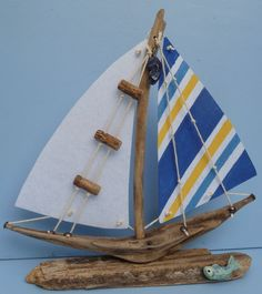 Original driftwood boat which is free standing on a base. The sails are made from interface fabric and decorated with string and small pieces of driftwood for the rigging. Painted Driftwood, Driftwood Furniture, Driftwood Projects, Driftwood Jewelry, Driftwood Art, Beach Themed Crafts, Beach Crafts, Sailboat Art, Sailboats