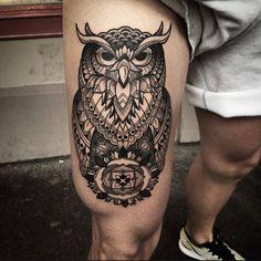 Preciosos tatuaje de un búho en el muslo derecho.