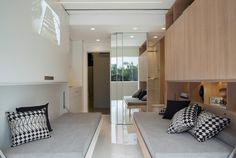 Móveis multiuso e marcenaria ousada fazem o espaço render em apê de 14 m²