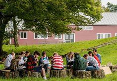 Uma escola de Vermont, nos Estados Unidos, tem chamado a atenção pelo seu programa de aprendizagem. O local funciona através de um programa semestral, onde os alunos aprovados podem cursar apenas um período do primeiro ou então do último ano do Ensino Médio. Segundo o site da escola, o principal objetivo da The Mountain School é preparar os 45 alunos aceitos a cada semestre para irem além do individual, aprendendo a pensar coletivamente. Além da grande variedade de aulas acadêmicas, a escola…
