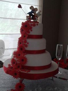 rood met witte bruidstaart met bloemenwaterval