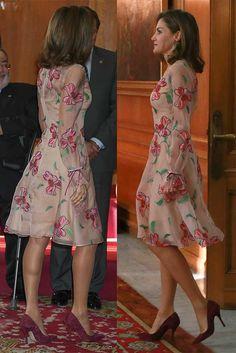 La Reina Letizia aparece de nuevo con un espectacular vestido de Felipe Varela en la entrega de los Premios Princesa de Asturias.