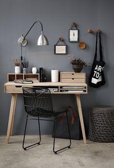 un bureau élégant en bois et de style scandinave et une chaise métallique