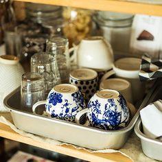 アルミのトレーに入れる Kitchen Bar Counter, Kitchen Countertops, Kitchen Dining, Kitchen Organization, Kitchen Storage, Dining Table Chandelier, Messy Kitchen, Food Fantasy, Japanese Interior