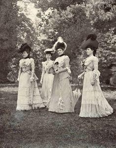 1901 July, Les Modes Paris - Un groupe sur la pelouse