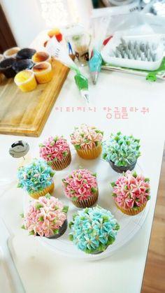 #스승의날선물 #카네이션  과 #수국 #앙금크림컵케이크 열심히 만들었어요.  어때요?  http://m.blog.naver.com/vmffmt82/220356387105  #carnation #beancreamflower #cupcake