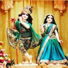 Radha Krishna Images, Krishna Radha, Shree Krishna Wallpapers, Iskcon Krishna, Baby Krishna, Cute Love, Mythology, Water Bottle, Sari