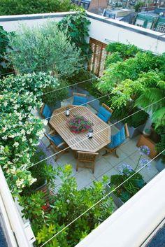 dachterrasse-dachgarten-anlegen-und-passende-gartenmöbel-auswählen Den Balkon oder die Terrasse im Sommer mit sommerlicher Balkondeko und Terrassendeko zu verschönern ist ein Muss. Bunte Stoffe, Lichterketten und Blumen. Auch kleine Balkone und Terrassen laden mit der richtigen Deko zum entspannen ein.