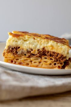 Authentic homemade Greek pastitsio recipe, layers of cinnamon-laced tomato ground beef ragu, kasseri cheese, noodles and creamy béchamel. Healthy Lasagna Recipes, Cooking Recipes, Cooking Pasta, Good Food, Yummy Food, Tasty, Greek Pastitsio, Greek Lasagna, Al Dente