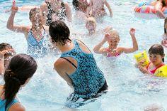 Waterpret in het buitenzwembad. One Piece, Swimwear, Fashion, Pagan, Bathing Suits, Moda, Swimsuits, Fashion Styles, Fashion Illustrations