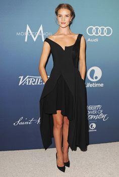 Rosie Huntington-Whiteley en robe asymétrique Stella McCartney automne-hiver 2015-2016 http://www.vogue.fr/mode/inspirations/diaporama/les-looks-de-la-semaine-octobre-2015/23086#rosie-huntington-whiteley-en-robe-asymtrique-stella-mccartney-automne-hiver-2015-2016