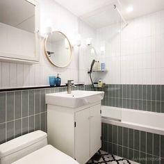 잠실리센츠 투톤 포인트 욕실  #interior #interiordesign #inspiration #bath #bathroom #design #tile #인테리어 #인테리어디자인 #욕실 #욕실인테리어 #투톤 #윤현상재 #윤현타일 #수입타일 #집 #집꾸미기 #집스타그램 #홈스타그램 #카민디자인 Room Interior, Interior Design, Home And Living, Toilet, Sweet Home, Bathtub, Bathroom, House, Furniture