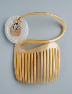 Fésű Leltári szám:     4540     Gyűjtemény:     Ötvösgyűjtemény     Alkotó:     Lalique, René Jules (1860-1945)     Gyár / műhely:     Lalique Crystal Co.     Készítés ideje:     1898-1899 KÖRÜL     Készítés helye:     Párizs     Jelzés:     nincs     Anyag     arany; maratott üveg; szaru     Technika     fűrészelt; rekeszzománc     Méretek:  hosszúság: 11 cm     szélesség: 10 cm