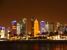 Blick auf die Skyline von Doha / Katar bei Nacht. Die Skyline entlang der Corniche ist durch ihr Farbenspiel beeindruckend!