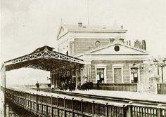 station Rotterdam Blaak stationsgebouw I (1890) middendeel met twee verdiepingen met fronton met uurwerk en versiering. Aan weerszijden een vleugel met gelijke bekroning in de eindgevels als in het middendeel