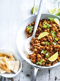 Cari d'aubergine, de tofu  et de pois chiches 1 aubergine moyenne d'environ 454 g (1 lb), coupée en dés   60 ml (¼ tasse) d'huile d'olive   340 g (¾ lb) de tofu ferme ou extra-ferme, épongé et coupé en dés   2 gousses d'ail, hachées   45 ml (3 c. à soupe) de mélasse ou   30 ml (2 c. à soupe) de mélasse de grenade   30 ml (2 c. à soupe) de pâte de tomates   5 ml (1 c. à thé) de cumin moulu   2,5 ml (½ c. à thé) de poudre de chili   1 ml (¼ c. à thé) de poivre de Cayenne   500 ml (2 tasses) de…