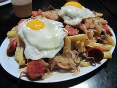 Chorrillana is a plate to share with friends here in Chile. Egg Recipes, Cooking Recipes, Chilean Recipes, Chilean Food, Filling Food, Good Food, Yummy Food, Love Eat, Salsa Verde