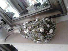 Koehoorn versierd met mos en kleine balletjes Christmas Wreaths, Holiday Decor, Home Decor, Decoration Home, Room Decor, Home Interior Design, Home Decoration, Interior Design