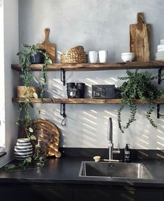 Kitchen shelves made of wood with concrete look on the wall ensure a cool effect . Kitchen shelves made of wood with concrete look on the wall provide a cool effect . Home Decor Kitchen, Kitchen Interior, Home Kitchens, Küchen Design, House Design, Home Interiors And Gifts, Interior Design Living Room, Home And Living, Kitchen Remodel