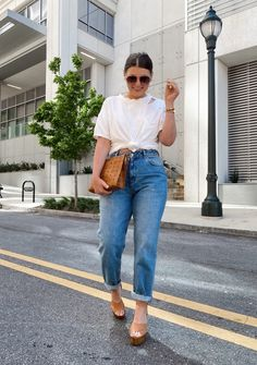 Mom Jeans Outfit Summer, Jeans Outfit Winter, Outfit Jeans, Winter Outfits, Curvy Girl Outfits, Cute Casual Outfits, Jean Outfits, Fashion Outfits, Outfits With Mom Jeans