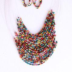 Collier de perles de rocaille multicolore, et ses boucles d'oreilles