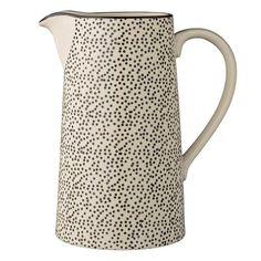 wasserkrug, karaffe für saft, wasser etc. nordisches design. schwarz gepunktet. weißes keramik. geschirr von bloomingville