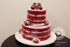 Esse bolo ficou maravilhoso! Encomendado pela Rosângela, esse naked cake foi feito de red velvet na massa e o recheio é de frutas vermelhas, com calda e frutas frescas! Lindo né? www.confeitariadaluana.com.br