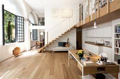 La conception de la T House à Milan, développée par Takane Ezoe et Modourbano, est née des besoins spécifiques du client, un artiste qui préfère des espaces libres et des salles sans véritable ligne de démarcation entre le public et le privé.  Le studio est grand, lumineux, confortable, il permet de faire des réunions avec les employés, l'artiste peut également se déplacer facilement entre les œuvres de grandes tailles, mais en même temps, c'est un espace simple et neutre.