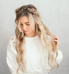 holiday hairstyles featuring soft waves + flower crowns