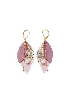 Boucle d'oreille en cuir TULIPE Rose Leather Earrings, Leather Jewelry, Beaded Jewelry, Handmade Accessories, Jewelry Accessories, Diy Accessoires, Mixed Media Jewelry, Bijoux Diy, Bling
