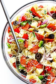 This Pizza Pasta Salad recipe is quick and easy to make, it's tossed with a simple Italian vinaigrette, and you can customize it with all of your favorite pizza toppings! Pizza Pasta Salads, Pesto Pasta Salad, Pasta Salad Italian, Pasta Salad Recipes, Pasta Dishes, Food Dishes, Veggie Pasta, 500 Calories, Potluck Salad