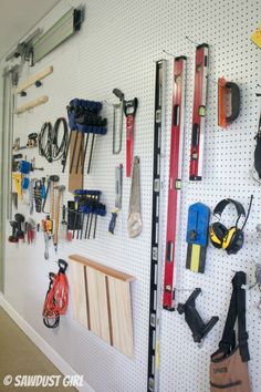 Do you find your garage or workshop messy or cluttered with tools? This DIY Pegboard Organizer is the perfect solution to tidy up your workshop messes in no time. This organization wall is a helpful way to keep your tools together. - March 23 2019 at Workshop Storage, Workshop Organization, Diy Workshop, Tool Storage, Modular Storage, Garage Storage, Garage Workshop, Barn Storage, Storage Room