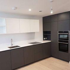 Corner Above Worktop Unit Luxury Kitchen Design, Kitchen Room Design, Kitchen Sets, Home Decor Kitchen, Interior Design Kitchen, Home Kitchens, Kitchen Cabinet Styles, Modern Kitchen Cabinets, Handleless Kitchen