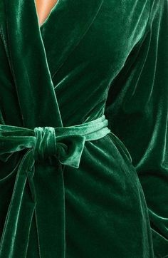 Luxe velvet robe // Perfect for bride's pre-wedding hair & makeup outfit // Pantone Junebug green