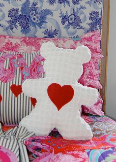 Sewing For Kids Gifts Sis Boom Beauregard Bear Free Pattern and sewing tutorial. - Jennifer Paganelli and Carla Hegeman Crim kick off our month of True Love with a free pattern and tutorial for Beauregard the Valentine Bear. Sewing Toys, Baby Sewing, Free Sewing, Sewing Crafts, Sewing Projects, Sew Mama Sew, Sewing Stuffed Animals, Stuffed Animal Patterns, Easy Sewing Patterns