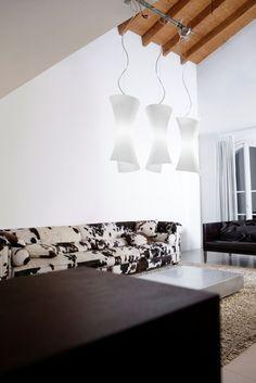 Twister Sospensione h.55cm Bianca  Lampada a sospensione (lampadario) disegnata da Enzo Panzeri nel 1998 con montatura in nickel satinato e diffusore in vetro soffiato bianco satinato o ambra satinato.Altezza del diffusore 55cm