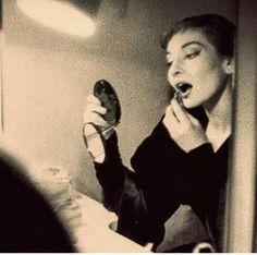 """Maria Callas preparando -se para a ópera """"Anna Bolena"""", Donizetti. Teatro Scala de Milão em 1957."""
