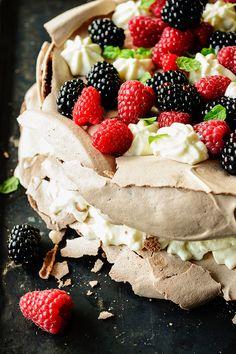 Chocolade-Pavlova met karnemelkvulling