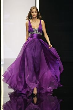 Class never goes out of style. - Elie Saab Stunning Long Maxi Purple Evening Dress OMG look at this dress! Purple Evening Dress, Purple Dress, Evening Dresses, Purple Gowns, Silver Dress, Beautiful Gowns, Beautiful Outfits, Mode Purple, Mode Glamour