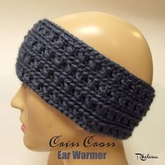 Crochet Headband Crochet Ear Warmer Pattern Using The Criss Cross Crochet Stitch - FREE criss cross crochet ear warmer pattern. This ear warmer pattern has a nice stretch for a comfortable fit. This crochet ear warmer adjusts to any size. Crochet Headband Free, Crochet Gloves, Crochet Beanie, Crochet Scarves, Crochet Ear Warmers, Crocheted Hats, Crochet Crafts, Easy Crochet, Crochet Baby