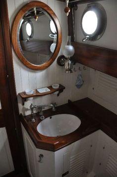 """Shpountz 44-40: La salle de bains du """"pacha"""". A gauche, la porte qui donne sur le carré"""