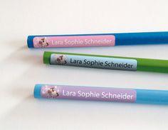 Stifteaufkleber 45 mm x 7 mm (glänzend) mit angerundeten Ecken  Unsere Stifteaufkleber werden individuell für Sie angefertigt.  Inhalt : 60 Stück  *Bitte geben Sie bei Ihrer Bestellung den...