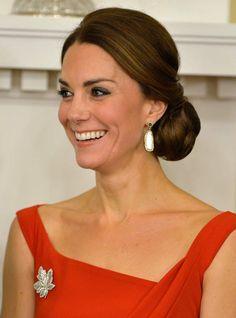Rayonnante comme toujours, Kate duchesse de Cambridge porte ici un chignon boule bas de nuque rond et massif